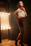 Studiofoto eines schönen Brunette mit Mischlicht Stockbild