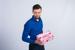 Studiofoto Mann im blauen Hemd mit Geschenken Lizenzfreies Stockbild