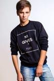 Studiofoto van de jonge mens op witte achtergrond Royalty-vrije Stock Afbeelding