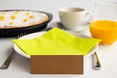 Studiofoto van het ontbijt of de brunch van Pasen met Zwitserse Pasen-cake in groene en gele pastelkleuren royalty-vrije stock afbeeldingen