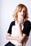 Studiofoto van jonge krullende blondevrouw op witte achtergrond Royalty-vrije Stock Foto's