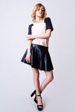Studiofoto van jonge krullende blondevrouw op witte achtergrond Royalty-vrije Stock Fotografie