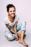 Studiofoto van jonge vrouw op witte achtergrond Stock Fotografie