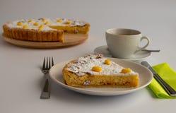 Studiofoto van Zwitserse Pasen-cake met groene en gele pastelkleuren royalty-vrije stock afbeelding
