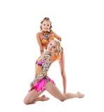 Studiofotoet av charmiga gymnaster utför i par royaltyfria foton