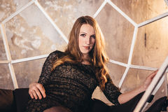 Studiofotoperiod av flickan i ett lyriskt lynne Arkivfoto