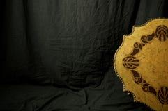 Studiohintergrund mit altem hölzernem Medaillon Stockbilder