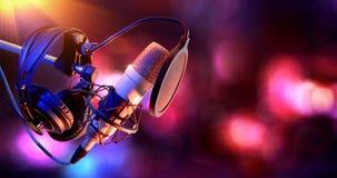 Studiokondensatormikrofonen och utrustning bor inspelning royaltyfri fotografi