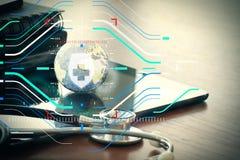 Studiomakro eines Stethoskops und der Beschaffenheitskugel mit digitalem Vorsprung Stockfoto
