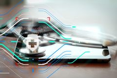 Studiomakroen av en stetoskop och den digitala minnestavlan med grunt GÖR Royaltyfri Foto