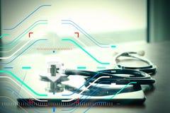 Studiomakroen av en stetoskop och den digitala minnestavlan med grunt GÖR Royaltyfria Bilder