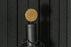 Studiomicrofoon op mic tribune Stock Foto's
