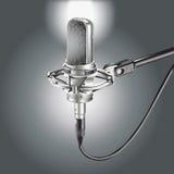 Studiomikrofon auf einem grauen Hintergrund Stockfotos