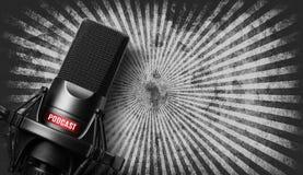 Studiomikrofon mit einer Podcastikone stockbilder