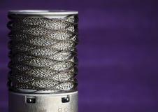 Studiomikrofon på krusig bakgrund för lilor Fotografering för Bildbyråer