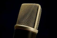 Studiomikrofonen royaltyfri fotografi