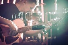 Studiomikrofonen antecknar en närbild för akustisk gitarr _ royaltyfri bild