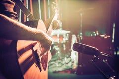 Studiomikrofonen antecknar en närbild för akustisk gitarr _ fotografering för bildbyråer