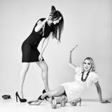 Studiomode geschossen: Kampf von zwei Schönheiten (blond und Brunette) Stockfotografie