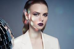 Studiomodefoto der jungen eleganten Frau in weiße Männer ` s Jacke Stockfoto