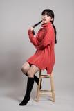 Studiomodestående av en lycklig och säker tjugotalasiatkvinna Royaltyfri Fotografi