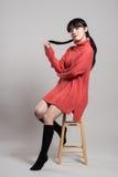 Studiomodestående av en lycklig och säker tjugotalasiatkvinna Royaltyfria Foton