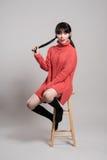 Studiomodestående av en lycklig och säker tjugotalasiatkvinna Royaltyfri Foto