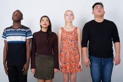 Studion sköt av den olika gruppen av mång- etniska vänner som ser upp arkivbild
