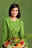 Studion sköt av en ung kvinna för östlig indier med en grönsakkorg Royaltyfri Bild