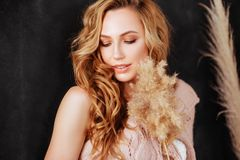 Studion sköt av härlig ung kvinna med blont hår royaltyfri bild