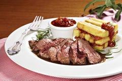 Ländstyckesteak med stekt potatisar och tomatsås Arkivfoton