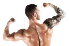 Studion sköt av muskulöst posera för ung man som var shirtless Arkivbild