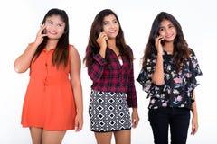 Studion sköt av tre lyckliga unga persiska kvinnavänner som ler w Fotografering för Bildbyråer