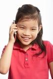 Studion sköt av kinesisk flicka med den mobila telefonen Arkivfoton