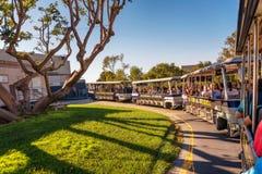 Studion turnerar spårvagnen med turister som kör till och med Universal Studios Hollywood fotografering för bildbyråer