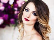 Studioporträt blühender herrlicher blonder Dame im fantastischen Cr Lizenzfreie Stockbilder