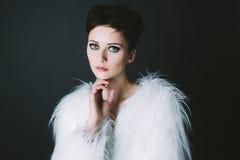 Studioporträt der Brunettefrau mit dem kurzen Haar Lizenzfreies Stockfoto