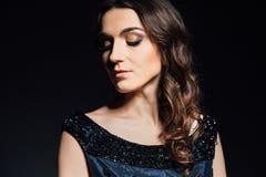 Studioporträt der Frau auf einem dunklen Hintergrund stockfotos