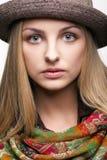 Studioporträt der jungen Frau im Hut Stockfotografie