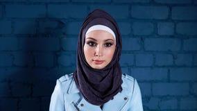 Studioporträt der jungen moslemischen Frau stock video footage