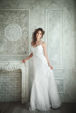 Studioporträt der schönen Braut mit perfekter Frisur und MA Stockfotografie