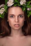 Studioporträt der Schönheitsfrau mit Circlet Lizenzfreie Stockfotos