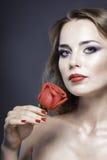 Studioporträt des hübschen Mädchens mit roten Rosen Stockbilder