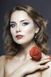 Studioporträt des hübschen Mädchens mit roten Rosen Lizenzfreie Stockfotografie