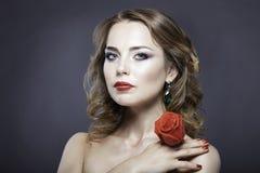 Studioporträt des hübschen Mädchens mit roten Rosen Lizenzfreies Stockbild