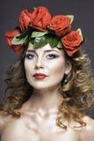 Studioporträt des hübschen Mädchens mit roten Rosen Lizenzfreies Stockfoto