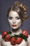 Studioporträt des hübschen Mädchens mit roten Rosen Stockbild