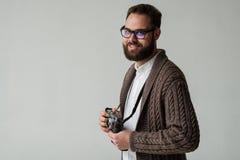 Studioporträt des Hippie-Fotografen stockfoto