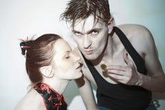 Studioporträt des jungen Mannes und der Frau Stockfotos