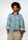 Studioporträt des kühlen schwarzen jungen Mannes mit dem Retro- Afrohaar lokalisiert auf weißem Hintergrund stockfoto